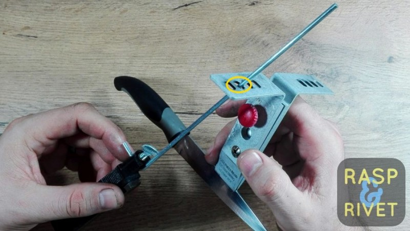 Slide the guide rod into one of the Lansky's angle slots